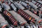 Seorang petugas berjalan melintasi deretan sepeda motor sebelum didistribusikan melalui Pelabuhan Sunda Kelapa Jakarta, belum lama ini. Asosiasi Industri Sepeda Motor Indonesia (AISI) mengungkapkan target penjualan sepeda motor 7,5 juta unit sepanjang 2013 bakal terlampaui. Pasalnya, realisasi penjualan hingga bulan ke-11 tahun 2013 ini sudah mencapai 7,2 juta unit. (Dwi Prasetya/JIBI/Bisnis)