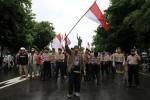 FOTO DEMO : Mengibarkan Bendera Merah Putih