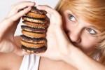 Ilustrasi makan makanan sampah atau junk food (magforwomen.com)