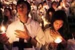 """Jemaat Gereja Tiberias Indonesia (GTI) mengikuti prosesi Perayaan Natal 2013 di Stadion Utama Gelora Bung Karno, Jakarta, Sabtu (7/12/2013) malam. Ratusan ribu jemaat gereja itu menghadiri misa bertema """"Mempersiapkan Jemaat yang kudus, misionaris dan siap ke sorga"""" demi memperingati Natal atau kelahiran Yesus Kristus. (Dwi Prasetya/JIBI/Bisnis)"""