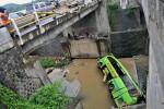 FOTO KECELAKAAN BUS : Kondisi Bus Gunung Harta