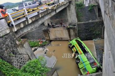 KECELAKAAN BUS SEMARANG  Warga menyaksikan kondisi bus Gunung Harta nopol N 7580 UA jurusan Jakarta-Ponorogo setelah mengalami kecelakaan kemudian terjun ke sungai, di Kecamatan Bergas, Ungaran, Kabupaten Semarang, Jateng, Selasa (31/12). Penyebab kecelakaan tunggal yang mengakibatkan tiga orang tewas itu masih dalam penyelidikan polisi. ANTARA FOTO/R. Rekotomo