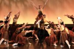 Penari balet yang tergabung dalam Sumber Cipta mementaskan lakon Burung Gelatik dalam pertunjukan tari dan musik bertajuk Persembahan Untuk Ibu Sud di Graha Bakti Budaya, Taman Ismail Marzuki, Jakarta, Sabtu, (7/12/2013). Pertunjukan yang diarahkan oleh Farida Oetoyo tersebut dipersembahkan untuk mengenang pencipta lagu anak-anak dan komponis Saridjah Niung atau Ibu Sud dengan menampilkan sejumlah lagu anak-anak di antaranya Burung Kutilang, Kupu-Kupu Yang Lucu, dan Desaku. (JIBI/Solopos/Antara/Teresia May)