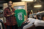 Gitaris grup band Padi Satriyo Yudi Wahono biasa dipanggil Piyu, 40, menunjukkan kaus produk usaha miliknya yang dilabeli Piyu Corner pada pembukaan distro De HUB di Jakarta, Rabu (11/12/2013). Produk Piyu Corner merupakan top brand distro dengan konsep fashion bergaya anak muda dalam bermusik. (JIBI/Solopos/Antara/Muhammad Adimaja)
