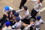 HARI ANTIKORUPSI : POLISI TANGKAPI DEMONSTRAN ANTIKORUPSI