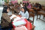 JIBI/Solopos/Ardiansyah Indra Kumala  Guru menjelaskan penilaian rapor kepada wali murid di SD Negeri Mijen 2, Jebres, Solo, Jumat (20/12). Sejumlah sekolah di Solo mulai membagikan rapor sebagai laporan penilaian hasil belajar siswa.