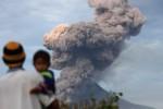 FOTO GUNUNG SINABUNG : Gunung Sinabung Kembali Meletus