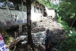 Waka Bidang Sarana dan Prasarana SMPN 4 Klaten, Supardiyono, mengecek kondisi bangunan sekolah itu yang longsor, Selasa (10/12/2013). (JIBI/Solopos/Shoqib Angriawan)