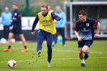 Pemain tim nasional Inggris, Wayne Rooney (kiri) bersama James Milner saat latihan tim di pusat latihan milik klub Arsenal di London, 18 November 2013. JIBI/REUTERS/Andrew Winning