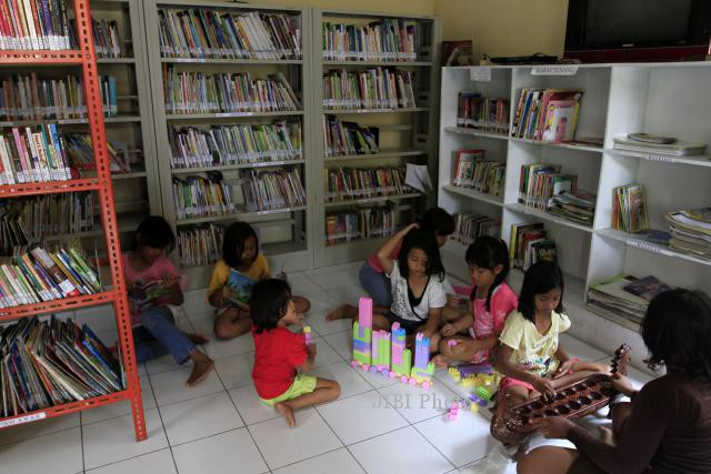 JIBI/Solopos/Maulana Surya Sejumlah anak beraktivitas seperti membaca buku, mengaktifkan komputer dan permainan tradisional di Perpustakaan Taman Cerdas Pajang, Solo, Kamis (19/12/2013).