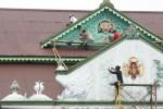 Sejumlah pekerja mengecat bagian depan dan atap Pagelaran Keraton Ngayogyakarta, Sabtu (14/12/2013). Sejumlah perawatan bangunan keraton menggunakan Dana Keistimewaan mulai dianggarkan. Di pengujung 2013 pengecatan pada Pagelaran Kraton Kasultanan Yogyakarta yang merupakan wajah depan Kraton Ngayogyakarta mulai dilaksanakan. (JIBI/Harian Jogja/Desi Suryanto)