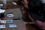 DS, 20, memilih menutupi wajah tatkala diperiksa pimpinan satpam kampus UNS Kentingan, Rabu (11/12/2013). Bersama pasangannya, DA, yang tercatat sebagai mahasiswa di kampus berbeda, DS tepergok anggota satpam tengah berbuat mesum dalam mobil di lahan parkir kampusnya. (Himawan Ardhi Ristanto/JIBI/Solopos)