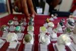 Calon pembeli melihat koleksi batu mulia saat berlangsung pameran batu mulia Indonesia Gems Lover Expo 2013 di XT Square, Jalan Veteran, Jogja, Kamis (5/12/2013). Pameran yang berlangsung hingga 8 Desember tersebut untuk mengakomodasi pecinta batu mulia dari berbagai daerah.(Harian Jogja/Gigih M. Hanafi/JIBI)