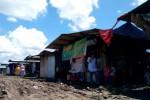 Sejumlah pembeli melintas di pasar darurat pedagang Pasar Jamu Nguter, Sukoharjo, Kamis (26/12/2013). Kondisi lingkungan pasar darurat di Lapangan Nguter memprihatinkan sepanjang musim penghujan ini. (JIBI/Solopos/Kurniawan)
