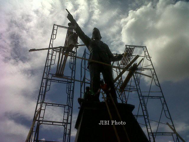 Para pekerja menyelesaikan finishing pemasangan patung Ir. Soekarno di bundaran Tanjunganom, Grogol, Selasa (17/12) siang.