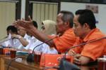 JIBI/Harian Jogja/Desi Suryanto  Sejumlah pedagang tertegun saat mendapatkan pejelasan dari Menejemen Stasiun Lempuyangan saat digelar audiensi antara pedagang asongan yang tergabung dalam Asongan Jogja Bersatu (AJB) dengan Menejemen Stasiun Lempuyangan yang dijembatani Komisi A DPRD kota Yogyakarta, Senin (06/01/2014). Dialog terkait larangan larangan berjualan di dalam stasiun oleh PT Kereta Api Indonesia itu tidak membuahkan titik temu, para pedagang asongan tetap berharap mereka bisa kembali berjualan karena sejak Minggu (29/12/2013) mereka sudah dilarang berjualan di dalam stasiun, semetara PT KAI juga kukuh tidak memperbolehkan mereka berdagang asongan di dalam stasiun.