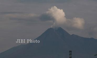 Ilustrasi Gunung Merapi dengan asap sulfatara (JIBI/Solopos/Dok.)