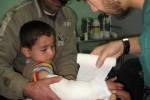 Bocah korban ledakan bom di Baghdad mendapatkan perawatan medis, Minggu (18/1/2014). (JIBI/Solopos/Reuters/strangers)