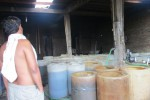 Seorang pengrajin alkohol asal Dukuh Sentul, Bekonang, Mojolaban, Sukoharjo melihat puluhan drum berisi bahan alkohol, Jumat (10/1) siang. Produksi ciu dari Bekonang meningkat tajam seiring bertambahnya jumlah pengrajin alkohol. (JIBI/Solopos/Istimewa)
