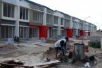 Pekerja menyelesaikan proses pembangunan perumahan di Tangerang Selatan, Banten, Minggu (5/1/2013). Persatuan Perusahaan Pengembang Realestat Indonesia (REI) optimis dapat mencapai target pengembangan 120.000 unit rumah sederhana pada tahun 2014 ini. (Alby Albahi/JIBI/Bisnis)