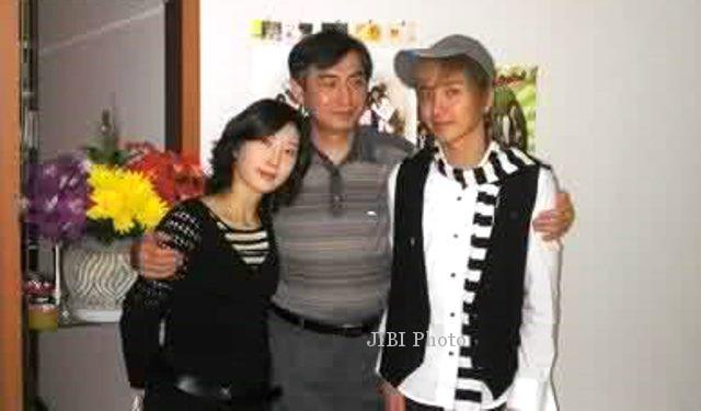 Foto kenangan Leeteuk Super Junior bersama ayah dan ibunya (seoulbeats
