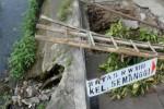 Gorong-gorong di sebelah Jembatan Kyai Mojo, Semanggi, Pasar Kliwon, Minggu (5/1/2014), ambrol. Akses jalan Kampung Semanggi Dewutan serta sirkulasi pembuangan air tersendat akibat kerusakan prasarana tersebut. (Oriza V/JIBI/Solopos)