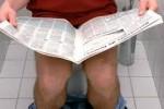 Ilustrasi kebiasaan membaca koran di dalam toilet (mirror.co.uk)