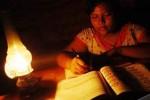 Ilustrasi seorang warga memanfaatkan lampu semprong (JIBI/Solopos/Antara_Risky Cahyadi)