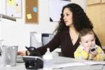 Ilustrasi wanita pekerja mengasuh anak sambil bekerja (babylog wisheshe com)