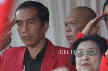 Ketua Umum DPP PDI Perjuangan Megawati Soekarnoputri (kanan) dan kader PDI Perjuangan yang juga Gubernur DKI Jakarta Joko Widodo (kiri) mengikuti upacara perayaan Hari Ulang Tahun Ke-41 PDI Perjuangan di Kantor DPP PDI Perjuangan, Jl. Raya Lenteng Agung, Jakarta, Jumat (10/1/2014). Megawati Soekarnoputri meminta seluruh kader fokus mengantarkan PDI Perjuangan menjadi pemenang pemilu legislatif 2014 atau memperoleh suara minimal 20%. (JIBI/Solopos/Antara/Widodo S. Jusuf)