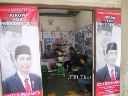 Beberapa orang sedang ngobrol di Posko Center Rakyat, Jokowi For Presiden 2014,yang terletak di Jl, MT Haryono No.15, Manahan, Solo, Sabtu (4/1)
