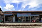 JIBI/Solopos/Maulana Surya  Pedagang menunggu pembeli di kios yang berada di kompleks Stasiun Jebres, Solo, Kamis (9/1). Para pedagang mengaku akan terus berjualan meski ada larangan dari pihak stasiun.
