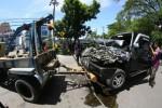 FOTO KECELAKAAN : Mengevakuasi Mobil Toyota Kijang