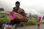 FOTO GUNUNG SINABUNG : Mengungsi Dari Desa Sinambung