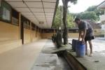 FOTO PENJAGA SEKOLAH : Menata Tong Sampah
