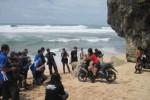 Beberapa wartawan saat memotret model di atas motor dalam acara touring keliling nusantara di Pantai Indrayanti, Senin (13/1/2014). (Joko Nugroho/JIBI/Harian Jogja)
