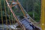 FOTO JEMBATAN GANTUNG RUSAK :  Meniti Jembatan Gantung