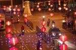 Lampion khas Cina dan lampu-lampu menghiasi kawasan Pasar Gede, Solo, Selasa (14/1/2014). Pada Imlek tahun ini akan terpasang sebanyak 2014 lampion yang menghiasi malam di kawasan tersebut. (Ardhiansyah IK/JIBI/Solopos)