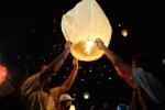 Warga menyalakan dan melepaskan lampion saat penutupan Solo Imlek Festival 2014 di Benteng Vastenburg, Solo, Rabu (29/1/2014) malam. Acara untuk menyambut Tahun Baru Imlek tersebut melepaskan 1000 lampion. (Dok/JIBI/Solopos)