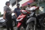 JIBI/Solopos/Ardiansyah Indra Kumala Kabag Humas polresta Solo AKP Sis Raniwati (kiri) menunjukkan dalang aksi pencurian sepeda motor, AP (17) warga Pendean, Purbayan, Baki saat gelar perkara di Mapolresta Solo, Selasa (7/1). Pelaku ditangkap polisi di rumahnnya pada Rabu (25/12) setelah dilakukan penyelidikan.