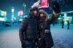 Warga berfoto selfie di tengah badai salju. (JIBI/Solopos/Reuters)