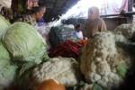 Salah seorang warga membeli sayuran di Pasar Klaten Kota, Senin (27/1/2014). Harga sayuran kini melonjak karena tingginya curah hujan yang turun di wilayah Klaten dan sekitarnya. (Shoqib A/JIBI/Solopos)