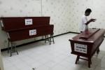 FOTO TERORIS CIPUTAT : Menyiapkan Peti Jenazah