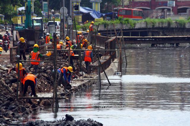 FOTO REHABILITASI TANGGUL : Perbaikan Tanggul Pascabanjir Jakarta Dimulai