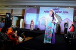 HIJAB FASHION WEEK  Sejumlah model memperagakan busana muslim terbaru koleksi salah satu butik muslim dari Kota Bandung, pada fashion show Hijab Fashion Week 2014 di Graha Manggala Siliwangi, Jalan Aceh Bandung, Jawa Barat, Jumat (14/2). Pameran yang menghadirkan lebih dari 100 stan tersebut mengusung tren warna dan model busana muslim 2014 dengan menonjolkan sisi warna ungu untuk beberapa busana pada stand-stand yang ada. Pameran juga diisi dengan bazaar busana muslim, demo make up, hijab tutorial dan demo kerudung cantik. (JIBI/Bisnis Indonesia/Rachman)