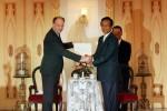 FOTO PENYERAHAN PENGHARGAAN DIPLOMA SULTAN HB IX : Menyerahkan Penghargaan Diploma (Alm) Sultan HB IX