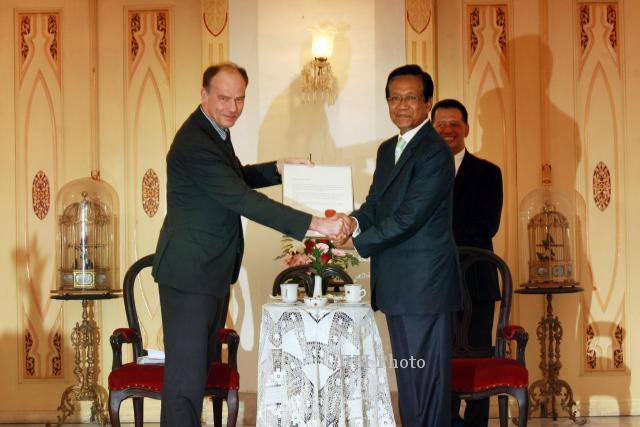 Menyerahkan Penghargaan Diploma Almarhum Sri Sultan Hamengku Buwono IX