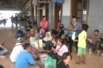 Sejumlah pedagang asongan menunggu kereta api (KA) di dalam Stasiun KA Jebres, Solo, Selasa (11/2/2014). (Iskandar/JIBI/Solopos)