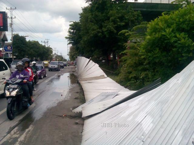 Pagar proyek Pasar Ir. Soekarno, Sukoharjo, roboh akibat didobrak sejumlah pengunjuk rasa saat perjalanan pulang menuju pasar darurat, Jumat (28/2/2014) sore. (Kurniawan/JIBI/Solopos)