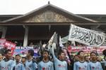 Pengunjuk rasa dari berbagai ormas Islam memadati pelataran Gedung DPRD, Solo, Jumat (21/2/2014). Pendemo menolak dengan tegas Raperda Miras. (Septian Ade Mahendra/JIBI/Solopos)